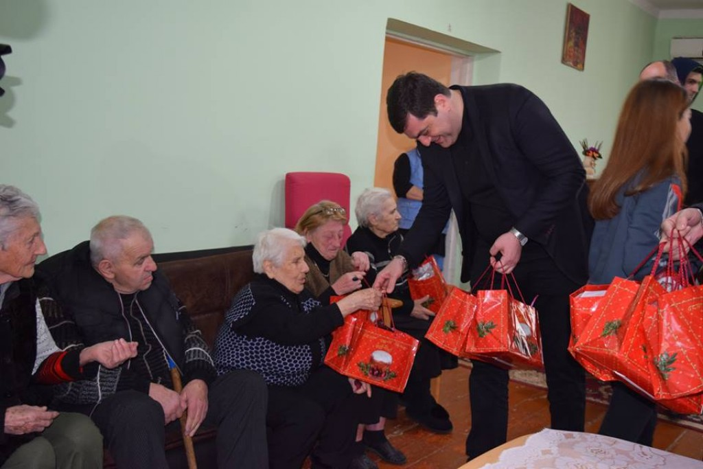 Grigol Nemsadze presented Easter gifts to the residents of Rustavi old house