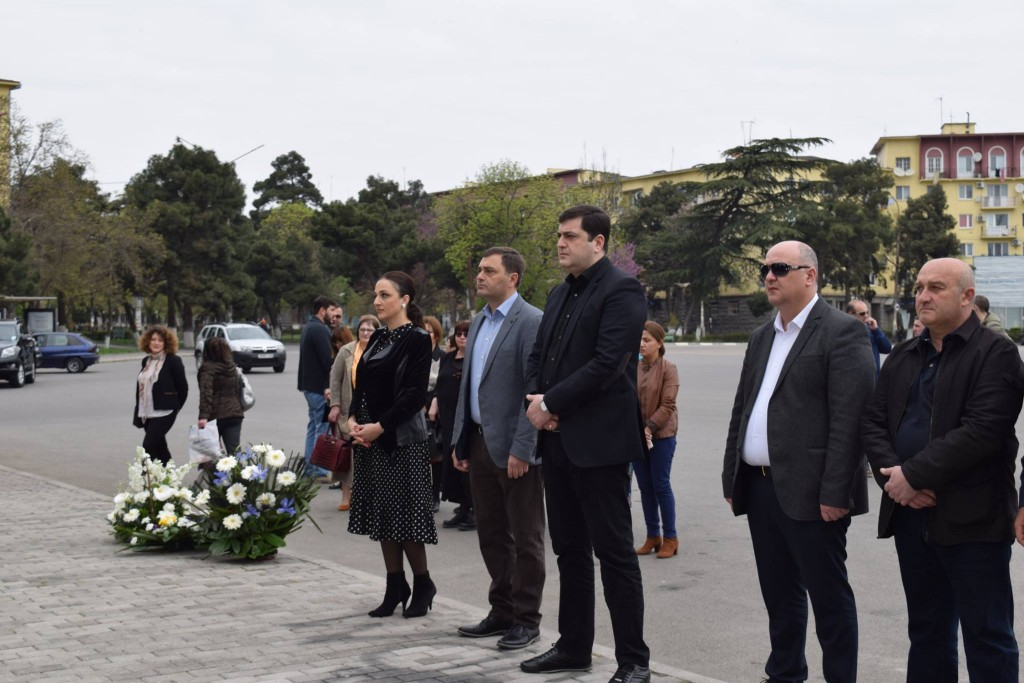 Governor of Kvemo Kartli adorned the memorial of April 9 in Rustavi