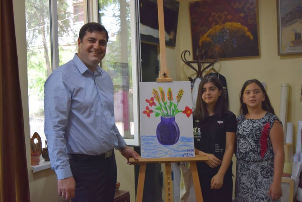The governor awarded the winners of the international competition