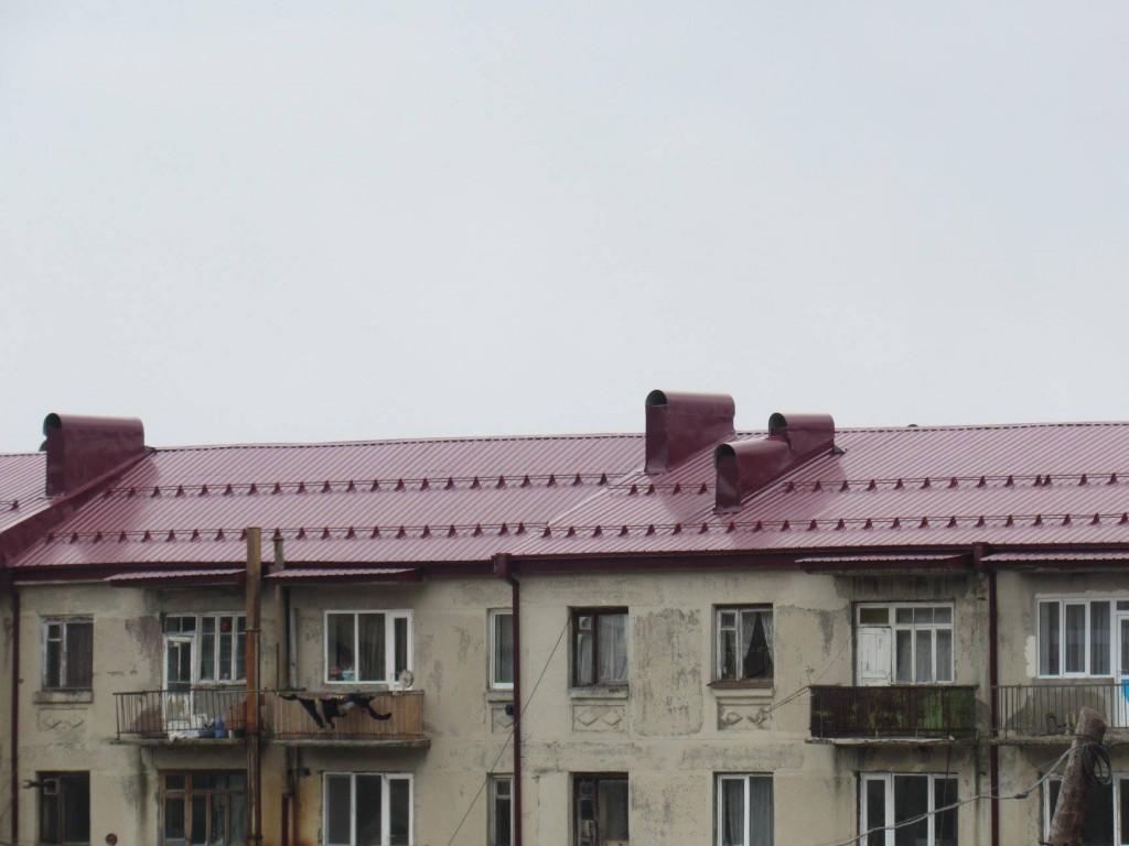 დმანისში მრავალბინიანი საცხოვრებელი სახლების სახურავების აღდგენა დასრულდა