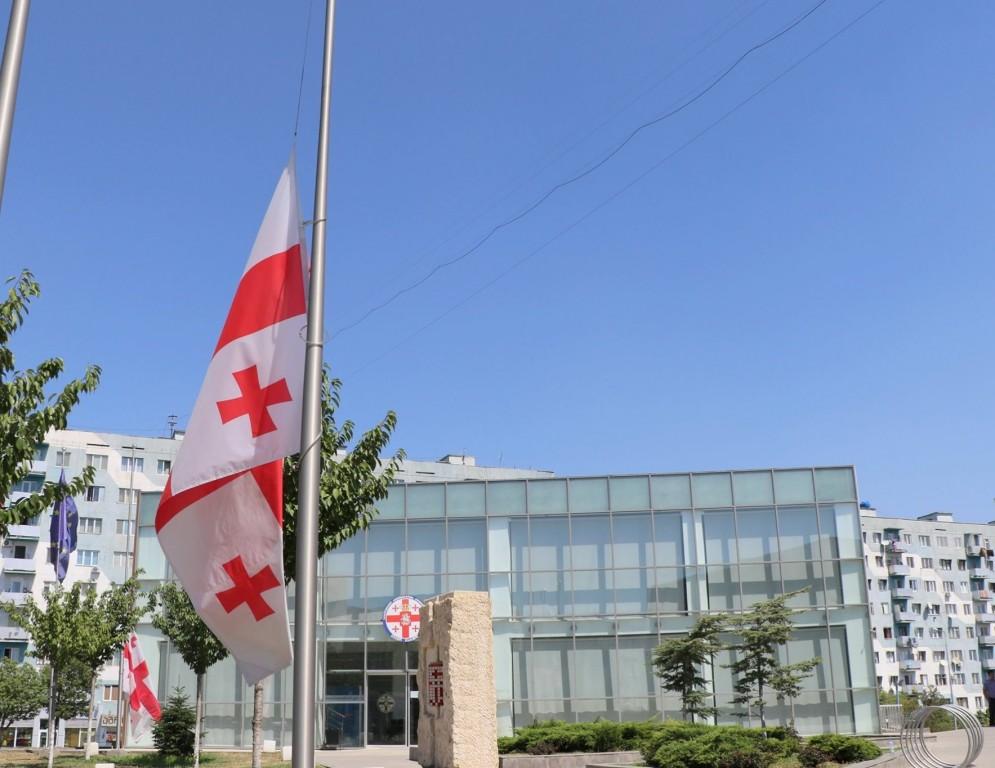 გლოვის დღესთან დაკავშირებით სახელმწიფო დროშა დაშვებულია ყველა ადმინისტრაციულ შენობაზე, საქართველოს მთელს ტერიტორიაზე