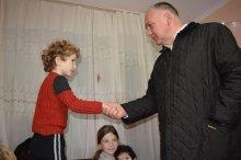 შოთა რეხვიაშვილმა რუსთავში მცხოვრებ მრავალშვილიან ოჯახებს დამდეგი დღესასწაულები მიულოცა